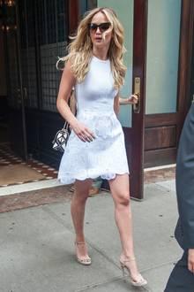Sommerlicher als im floralen, weißen Spitzenkleid von Antonio Berardi könnte Jennifer Lawrence kaum gekleidet sein.
