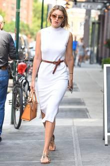 Im weißen Frottee-Kleid von Asos, das sie mit braunem Gürtel und passender Michael-Kors-Tasche kombiniert, schlendert Topmodel Gigi Hadid durchs sommerliche New York.