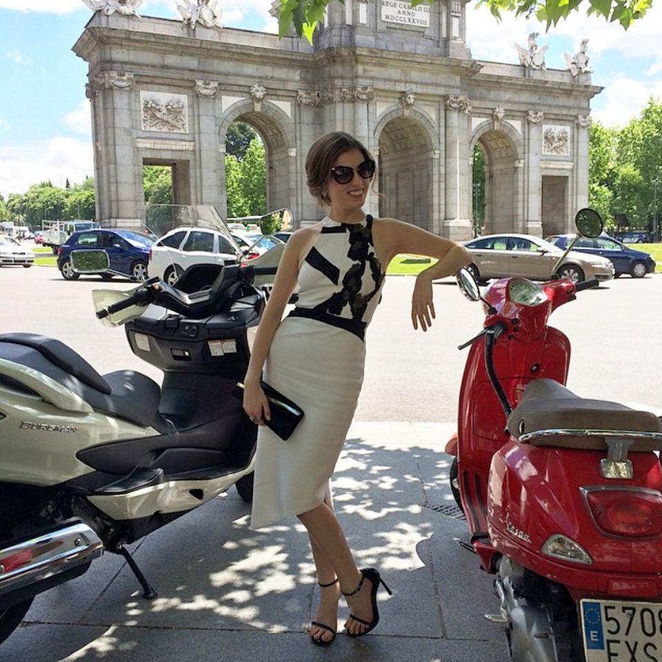 Sexy Señorita! Anna Kendrick posiert in einem eleganten Etuikleid und mit cooler Sonnenbrille von Miu Miu in der Innenstadt von Madrid.