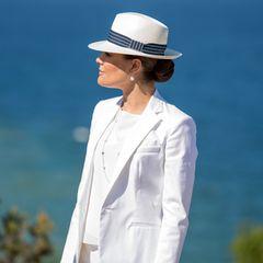 Traumhaftes Wetter konnte Prinzessin Victoria bei ihrem Besuch der schwedischen Ostsee-Insel Gotland genießen. Ebenso traumhaft ist ihr edler, aber sommerlicher weißer Anzug, den sie passend mit einem maritimen Fedora-Hut kombiniert.