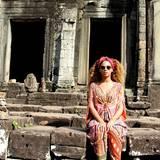 Ooooommmmm! Superstar Beyoncé Knowles posiert in einem bunt gemusterten Seidenkaftan vor der Tempelanlage Angkor Wat in Thailand.