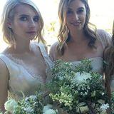 Emma Roberts (l.) bezaubert bei der Hochzeit ihrer Designerin als Brautjungfer.