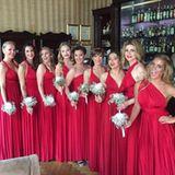 """Fast so schön wie die Braut, Sila Sahin, waren auch ihre Brautjungfern. In Rot gekleidet versprühten sie noch mehr Liebe in die Hochzeitsfeier. Darunter auch Silas ehemalige """"GZSZ""""-Kollegin Isabel Horn (Vierte von rechts) und Cheyenne Ochsenknecht (Vierte von links)."""