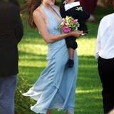 Auch Angelina Jolie war 2004 schon mal Brautjungfer, und im hellblauen Neckholder-Dress sah sie dabei auch ganz bezaubernd aus. Fast so bezaubernd wie ihr damals zweijähriger Sohn Maddox im Mini-Tuxedo.