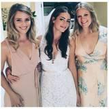 """Die """"Glee""""-Darstellerin Dianna Agron beweist, dass es für eine Sommer-Hochzeit nicht immer Ballkleider sein müssen. In einem luftigen, schlichten Kleid mit tiefen Side-Cut-Outs sieht sie einfach bezaubernd aus."""