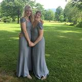 Bei der Hochzeit ihrer besten Freundin Isabel Halley zeigten sich Lena Dunham und die anderen Brautjungfern in zarten, grauen Kleidern.