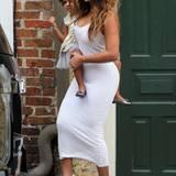 Beyoncé, hier mit ihrer bezaubernden Tochter Blue Ivy, hatte sich für die Feierlichkeiten ein schlichtes, körperbetontes Stretchkleid von Torn by Ronny Kobo ausgesucht und dabei gar nicht zu tief in die Tasche greifen müssen. Das Kleid war für ca. 330 Euro gar nicht mal so teuer, ist aber mittlerweile vergriffen.