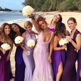 Rihanna sorgt bei der Hochzeit ihrer Assistentin Jennifer Morales auf Hawaii für mächtig gute Laune. Im zarten Chiffon-Dress mit Spitze war sie unter allen anderem Brautjungfern sicher die auffälligste.