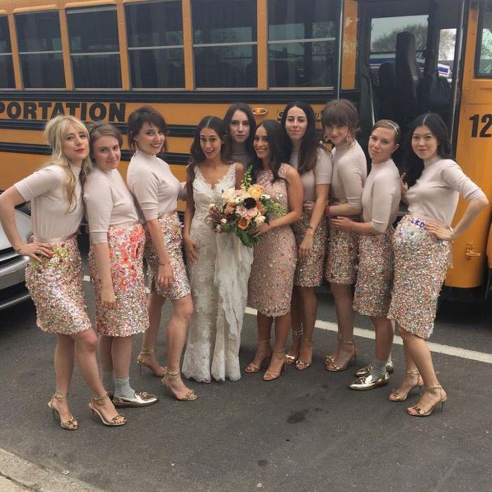 Lena Dunham scheint unter ihren Freundinnen sehr beliebt zu sein als Brautjungfer. Hier ist sie erneut zu Gast auf einer Hochzeit. Dieses Mal heiratet ihre Freundin Audrey Gelman.