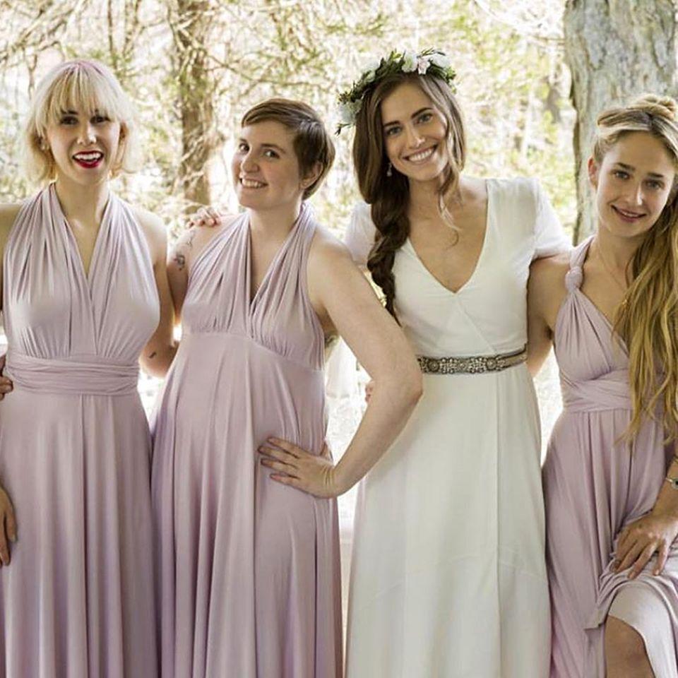 """Hier kommt die Braut! In der nächsten Staffel von """"Girls"""" wird geheiratet, und Zosia Mamet, Lena Dunham, Allison Williams und Jemima Kirke zeigen ihren romantischen Braut- und Brautjungfern-Style auf Instagram. Am 21. Februar ist Premiere in den Staaten."""