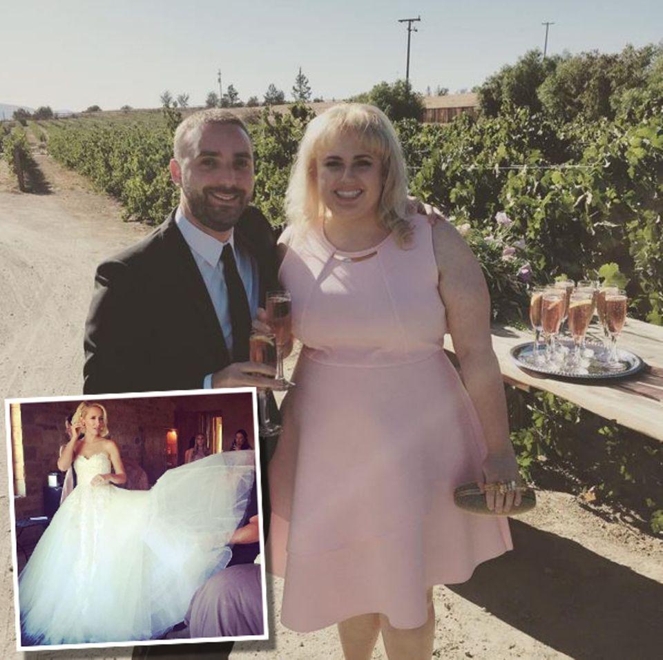 """Das nennen wir mal eine """"Pitch Perfect""""-Hochzeit: Während sich die Schauspieler Anna Camp (kleines Foto) und Skylar Astin die ewige Liebe schworen, waren auch ihre Filmkollegen dabei. Klar, das ausladende Tüllkleid der Braut konnte so schnell niemand toppen, doch Rebel Wilson strahlte ebenso schön in einem rosafarbenen Cocktailkleid - ein Look, den man an der Schauspielerin nur selten sieht."""