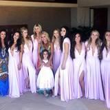 Für die Hochzeit ihrer Cousine Brooke in Cabo San Lucas sind gleich beide Hilton-Schwestern als Brautjungfern in tiefausgeschnittenen, knallig fliederfarbenen Kleidern mit dabei.
