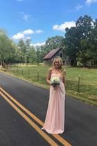 Wie eine Märchenprinzessin mit rosa Kleid und Tiara sieht Tiffany Trump aus, als sie sich ganz stolz als Brautjungfer präsentiert.