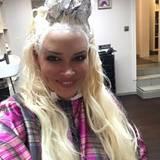 """Ihre Mamapflichten nimmt Daniela Katzenberger seit der Geburt ihrer kleinen Sophia extrem ernst. Doch noch etwas möchte nicht vernachlässigt werden: der nachdunkelnde Haaransatz. Da heißt es """"Ab zum Friseur""""!"""