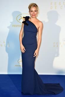 Im blauen One-Shoulder-Kleid mit Schleife von Lanvin präsentiert sich Sienna Miller zum Auftakt des Filmfestivals in Cannes.