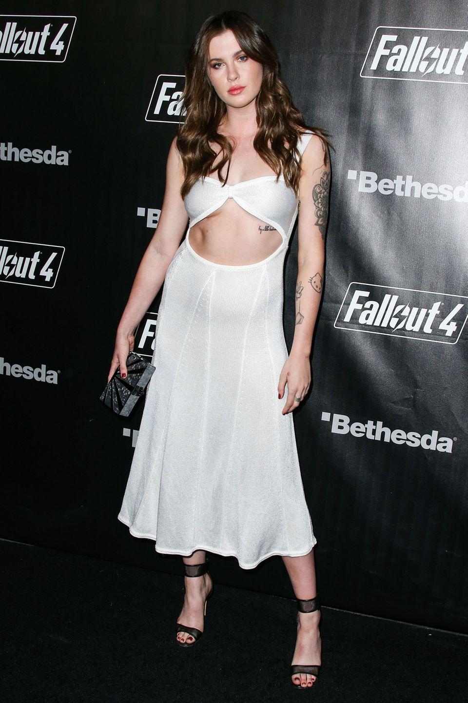 Um Himmels Willen, was ist das denn für ein Kleid? Ireland Baldwin hat es tatsächlich geschafft, ihren Traumkörper in ein unbeschreiblich hässliches Stück Mode zu stecken.
