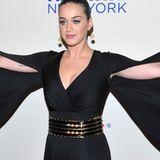 Meat Loaf wäre stolz auf Katy Perry: Ihr etwas zu knapper Overall erinnert dank der Flatterärmel nicht gerade vorteilhaft an eine theatralische Fledermaus.