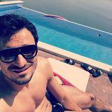 Mats Hummels hakt die verkorkste Saison im Liegestuhl am Pool ab.