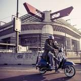 Lukas Podolski verlässt nach seiner Saison in der italienischen Serie A mit der Vespa das Stadion in Mailand.