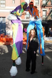 Die paar Zentimeter... Star-Designerin Stella McCartney posiert mit ihren Stelzen-Artisten.