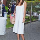 In schlichtem, sportlichem Weiß zeigt sich Miranda Kerr auf Stellas Gartenparty in New York.