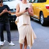 Fashion-Bloggerin Hanneli Mustaparta ist schon fleißig am Smartphone zugange.