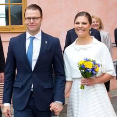 Das Kronprinzessinnenpaar ist tagsüber in Uppsala und nimmt an einer Einbürgerungszeremonie im Schloss teil. Hand in Hand zeigen sich Victoria und Daniel im Schlosshof.