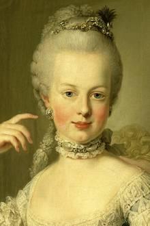 Marie Antoinette: Die französische Königin entwickelte eine ganz spezielle Gesichtsmarke, um ihren zarten Teint zu erhalten. Die Zutaten: zwei Teelöffel Cognac, 40 g Milchpuder, ein Eiweiß und der Saft von einer Zitrone. Neben einem Peelingeffekt wird die Hautregeneration durch die Maske intensiv angeregt und die Poren werden verkleinert.