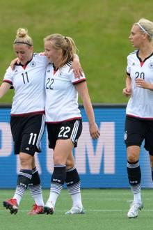 Stürmerin Anja Mittag und die Mittelfeldspielerinnen Tabea Kemme und Lena Goeßling