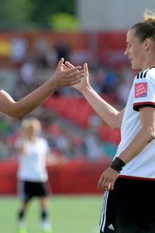 Stürmerin Alexandra Popp und Mittelfeldspielerin Simone Laudehr