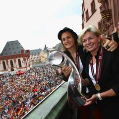 Nationaltorhüterin und Teamkapitän Nadine Angerer mit Nationaltrainerin Silvia Neid