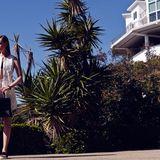 Ärmelloses Shirt mit Laser-Cutout-Muster und dem typischen abgerundeten Hemdensaum, dazu passende Shorts, beides von Giorgio Armani. Schwarzes Tube-Top von American Apparel, Lederarmreif von Saint Laurent Paris, Lackledertasche von Givenchy, Ledersandalen von Simonetta Ravizza