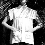 """""""Kittel""""-Hemd mit Pellerinenkragen und aufgesetzten Taschen, dazu Nadelstreifen-Bermudas, beides von Chanel. Armreif von Hermès"""
