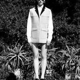 Softshell-Doubleface-Weste mit großen Taschen und Kontrastrevers, von Lacoste. Darunter ein klassisches Herren-Baumwollhemd von Joop. Sonnenbrille von Caroline Abram, Plateau-Mules von Salvatore Ferragamo