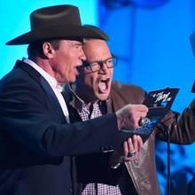 """Arnold Schwarzenegger und Tom Arnold überreichen den Preis für das Video des Jahres an Carrie Underwood mit ihrem Song """"Something In The Water""""."""