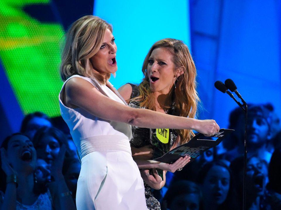 """Die Moderatorinnen Erin Andrews und Brittany Snow verkünden Miranda Lambert und Carrie Underwood als Gewinnerinnen der besten Videokollaboration für """"Somethin' Bad""""."""