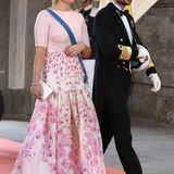 Im blumigen Seidenrock von Temperley London und passendem Oberteil war Prinzessin Mette-Marit neben ihrem Mann Prinz Haakon zu bewundern.