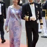 Königin Silvia hatte sich mit dieser prachtvollen Seidenrobe für eine schlanke Silhouette in glitzernden Fliedertönen entschieden.