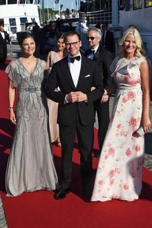 Prinzessin Victorias graues Abendkleid, das sie zum Polterabend auf dem Schiff trug, war sogar etwas glamouröser. Prinzessin Mette-Marit hingegen bezauberte in einem sommerlich floralen Kleid.