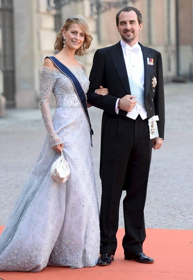 Prinzessin Tatiana von von Griechenland glitzert neben ihrem Mann Prinz Nikolaos in einer schulterfreien, taubengrauen Spitzen-Robe von Celia Kritharioti.