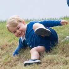 Prinz George zeigt auf dem Rasen seine besten Moves. Da staunt die kleine Isla nicht schlecht.