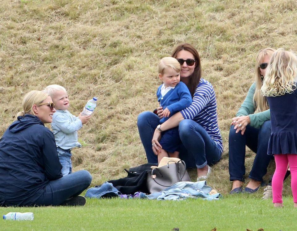 Zara Phillips mit Tochter Mia und Autumn Phillips mit Tochter Savannah leisten Herzogin Catherine und Klein-George Gesellschaft.