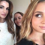 August 2015  Selfie mit Mama: Königin Rania postet ein Foto von sich mit ihren zwei hübschen Töchtern.