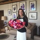 10. Juni 2015  Königin Rania präsentiert glücklich die Blumen, die sie von ihrem Mann zum 22. Hochzeitstag bekommen hat.
