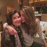 """21. März 2016  Für Königin Rania ist """"jeder Tag Muttertag"""": Liebevoll küsst sie ihre Mutter Ilham Yassin auf die Wange."""