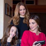 """27. September 2014: Königin Rania von Jordanien gratuliert ihren beiden Töchtern via Facebook zum Geburtstag mit diesem Bild. Sie schreibt """"Herzlichen Glückwunsch an Salma und Iman."""""""