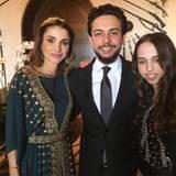 2. Juni 2016  Bevor es zu den Feierlichkeiten geht, schießen Königin Rania, Prinz Al Hussein und Prinzessin Salma noch ein Selfie.