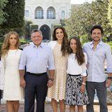 """21. Dezember 2015  """"Aufgeregt den Neujahrscountdown zu starten! In zehn Tagen ist das Jahr vorbei und ich freue mich, das Familienbild 2016 zu teilen"""", schreibt Königin Rania unter ihren aktuellen Facebook-Post."""