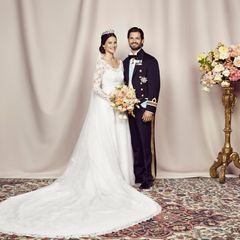 Am Tag nach der Hochzeit veröffentlicht der schwedische Palast das offizielle Hochzeitsfoto von Prinzessin Sofia und Prinz Carl Philip.
