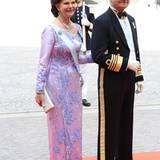 König Carl Gustaf und Königin Silvia von Schweden posieren auf dem roten Teppich für die vielen wartenden Fotografen.